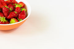 Fresas frescas rojas en un cuenco aislado en el fondo blanco Ciérrese encima de la visión Fotografía de archivo