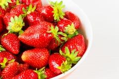 Fresas frescas rojas en un cuenco aislado en el fondo blanco Ciérrese encima de la visión Foto de archivo libre de regalías