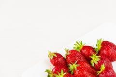Fresas frescas rojas en un plato blanco aislado en el fondo blanco Ciérrese encima de la visión Fotos de archivo libres de regalías