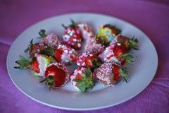 Fresas frescas sumergidas en chocolate Fotos de archivo libres de regalías