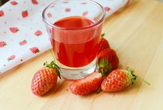 Fresas frescas y fresas jugosas. Imagen de archivo
