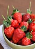 Fresas grandes, jugosas en un tazón de fuente Foto de archivo libre de regalías