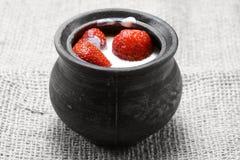 Fresas jugosas en crema Foto de archivo
