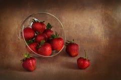 Fresas jugosas en un florero Aún-vida con las fresas Foto de archivo
