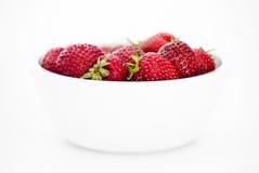 Fresas jugosas frescas en el cuenco blanco foto de archivo libre de regalías