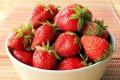 Fresas jugosas, maduras en un cuenco Imágenes de archivo libres de regalías