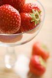 Fresas maduras en el tazón de fuente de cristal Imagen de archivo libre de regalías