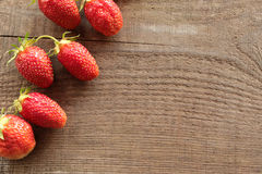 Fresas maduras en la tabla de madera fotografía de archivo