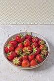 Fresas maduras recientemente escogidas en un cuenco Fotografía de archivo libre de regalías