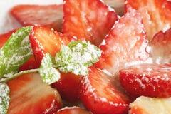 Fresas partidas en dos con el azúcar Fotografía de archivo libre de regalías