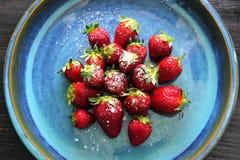 Fresas perfectas en la placa azul Fotografía de archivo