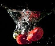 Fresas que caen Imágenes de archivo libres de regalías