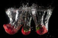 Fresas que caen Fotos de archivo