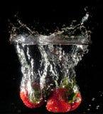 Fresas que caen Imagen de archivo libre de regalías