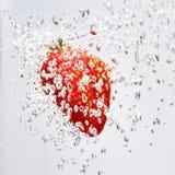 Fresas que caen en agua Foto de archivo libre de regalías