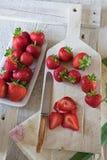 Fresas rebanadas en una tajadera Fotografía de archivo libre de regalías
