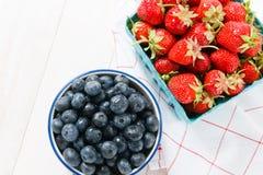 Fresas rojas con los arándanos Foto de archivo libre de regalías