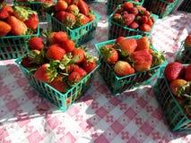 Fresas rojas exhibidas en cestas en la tabla Fotografía de archivo