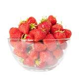 Fresas rojas frescas en el tazón de fuente aislado foto de archivo libre de regalías