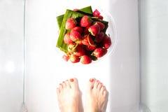 Fresas rojas frescas en una tabla de cristal Lugar para el texto foto de archivo