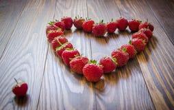 Fresas rojas frescas que mienten en forma del corazón Visión superior Fotografía de archivo libre de regalías