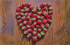 Fresas rojas frescas que mienten en forma del corazón Visión superior Imagen de archivo libre de regalías