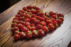 Fresas rojas frescas que mienten en forma del corazón Visión superior Imagen de archivo