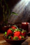 Fresas rojas jugosas en un tazón de fuente de madera Imágenes de archivo libres de regalías