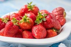 Fresas rojas maduras en el cuenco blanco Fotografía de archivo libre de regalías