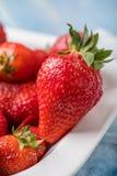 Fresas rojas maduras en el cuenco blanco Foto de archivo