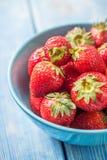 Fresas rojas maduras en el cuenco blanco Fotos de archivo