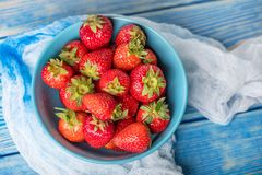 Fresas rojas maduras en el cuenco blanco Imagen de archivo libre de regalías