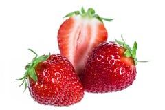 Fresas rojas maduras en el fondo blanco aislado Foto de archivo