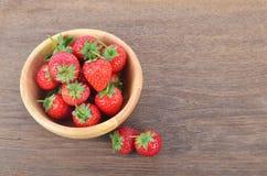 Fresas rojas maduras en la tabla de madera Imagen de archivo