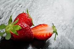 Fresas rojas maduras en un fondo de la pizarra fotografía de archivo libre de regalías