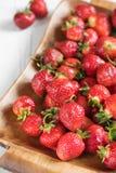 Fresas rojas maduras en una bandeja Fotografía de archivo