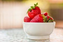 Fresas rojas maduras frescas y dulces Imagen de archivo