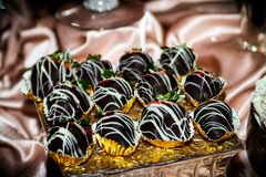 Fresas sumergidas chocolate con la llovizna blanca del chocolate imagenes de archivo