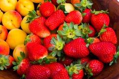 Fresas y albaricoques Fotografía de archivo libre de regalías