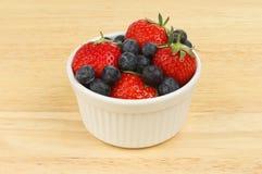 Fresas y arándanos Imagen de archivo libre de regalías