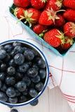 Fresas y arándanos del verano Imagen de archivo libre de regalías