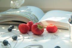 Fresas y arándanos frescos en la tabla Imágenes de archivo libres de regalías