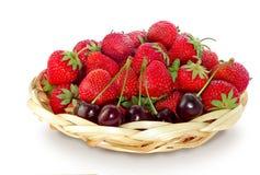 Fresas y cerezas fotografía de archivo libre de regalías