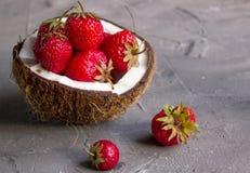 Fresas y cerezas por la mitad el coco fotos de archivo libres de regalías