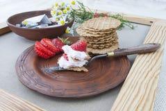 Fresas y crema, aún vida de la fruta y flores Foto de archivo