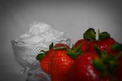 Fresas y crema azotada Fotos de archivo