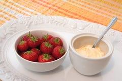 Fresas y crema coagulada, Fotografía de archivo libre de regalías