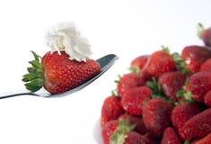 Fresas y cuchara Fotos de archivo