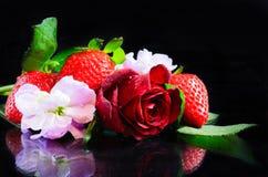 Fresas y flores Foto de archivo libre de regalías