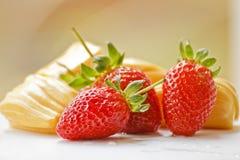 Fresas y fruta hermosas del enchufe imágenes de archivo libres de regalías